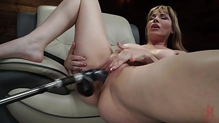 Mature uses lose one's heart to machine for her fat pussy and irritant