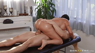 Big ass get hitched enjoys wild moments of sex with the masseur